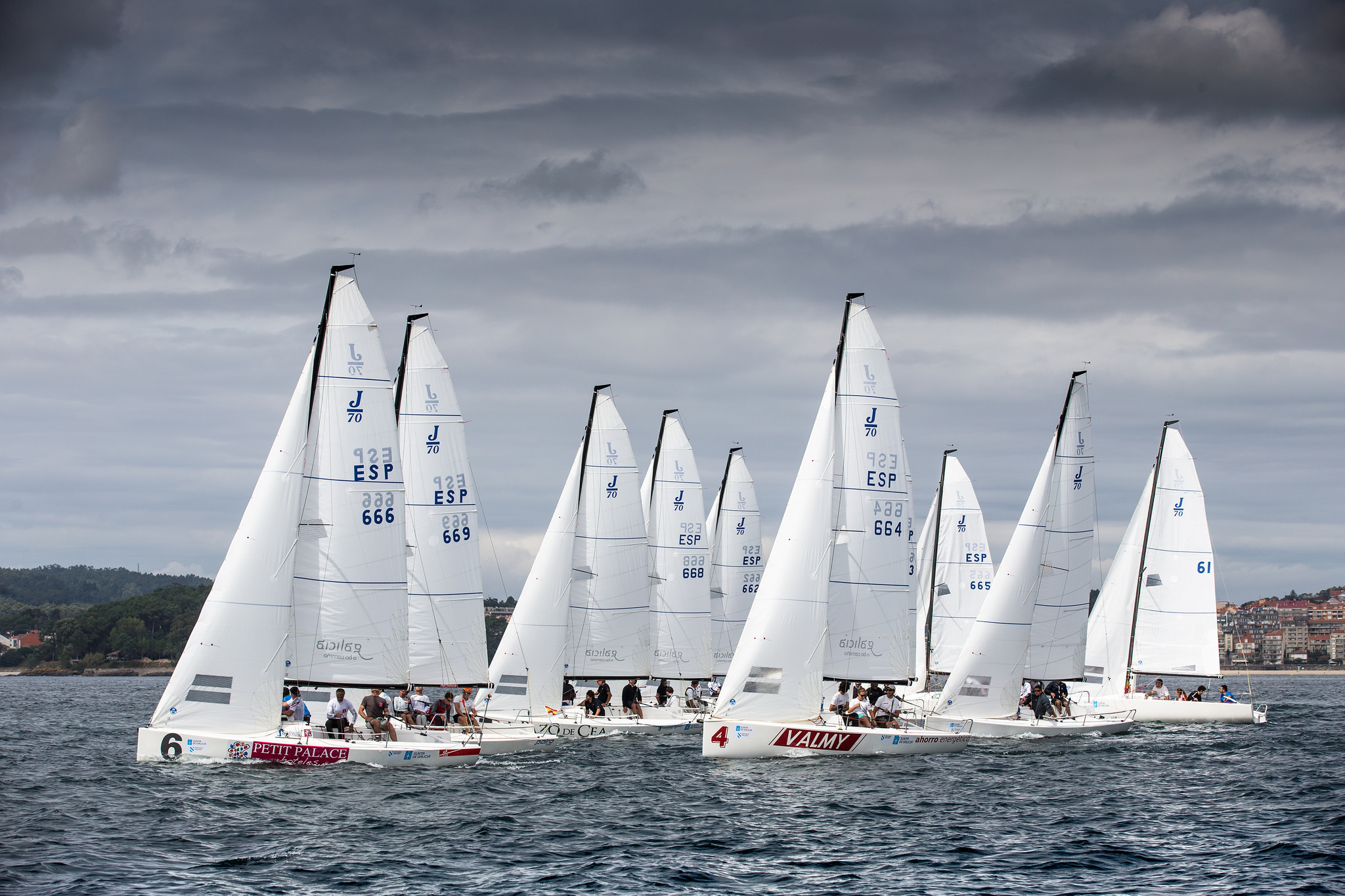 La flota de J70 navegando en su primera jornada de competición en Sanxenxo © María Muiña