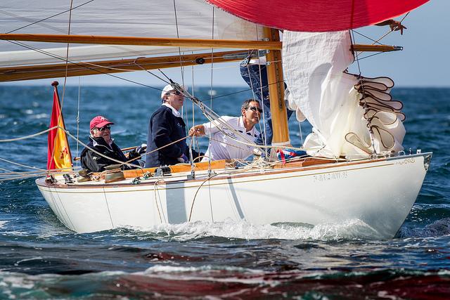 """El """"Acacia"""" patroneado por el Rey Don Juan Carlos, navegando en aguas de Sanxenxo © María Muiña"""