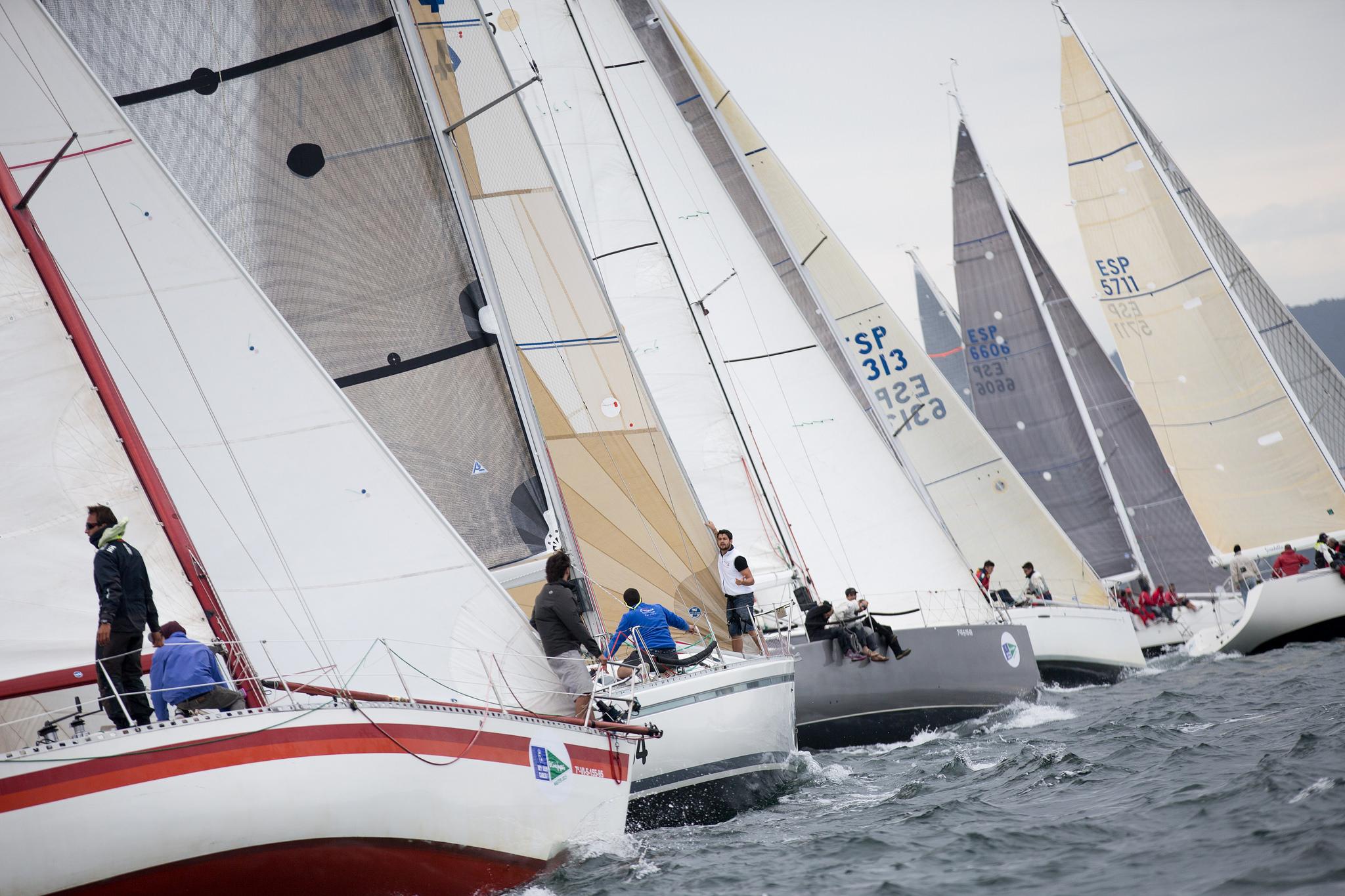 La flota de cruceros navegando en la primera jornada de competición en Sanxenxo © María Muiña