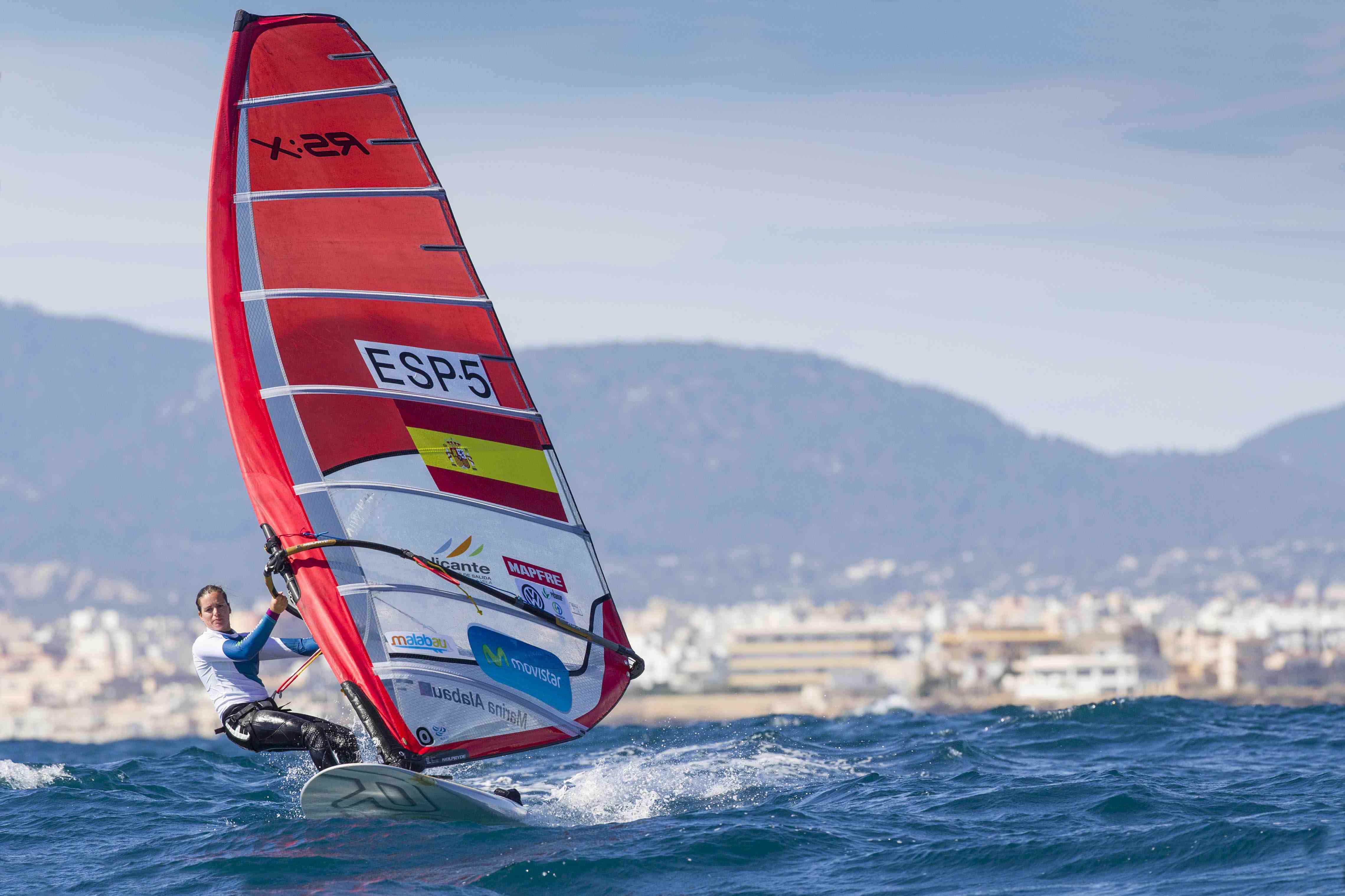La windsurfista Movistar, Marina Alabau en su RS:X © María Muiña