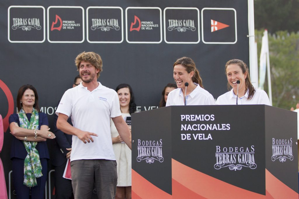 Acto de entrega de los premios Nacionales de Vela Terras Gauda. Premio a mejor equipo femenino Tamara Echegoyen, Berta Betanzos y Pepe Lis como entrenador del equipo.