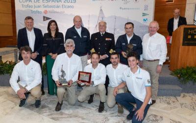 La ceremonia de entrega de trofeos, broche de oro final de la temporada de 6 Metros en Sanxenxo